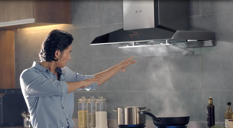 Fotile EMG9030 smart Range hood in action
