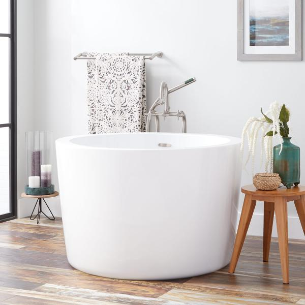 Small soaking bathtub